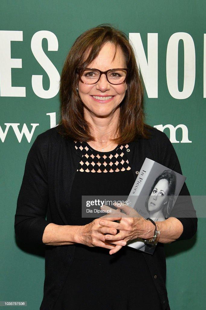 Sally Field Signs Copies Of Her New Book 'In Pieces' : Nachrichtenfoto