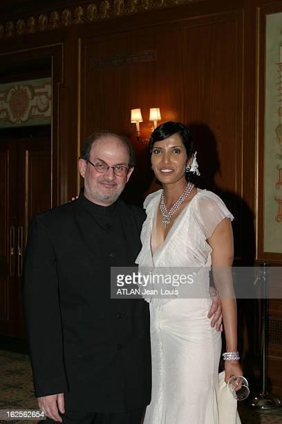Salman Rushdie And His Wife Les jeunes mariés Salman RUSHDIE et Padma LAKSHMI à New York lors d'une rencontre organisée pour la sortie aux Etats Unis...