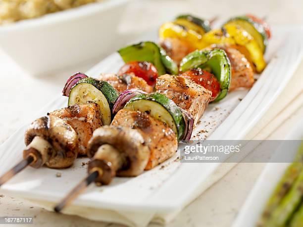 grill-lachs und gemüse kabobs - bratspieß stock-fotos und bilder
