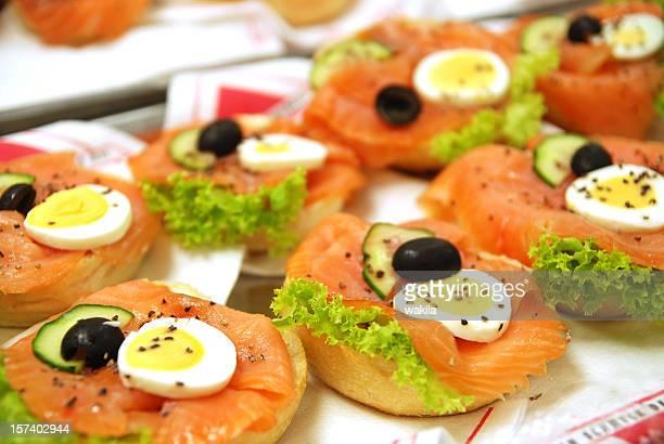 salmon appetisers - Fischbrötchen mit Räucherlachs