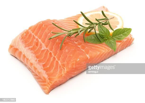 サケの切り身の白で分離、レモンハーブ - 鮭料理 ストックフォトと画像