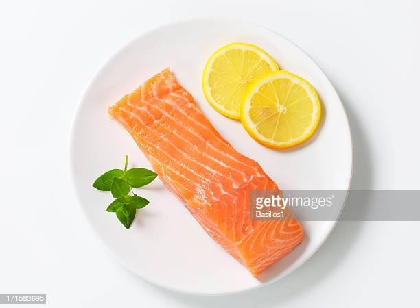 Filete de salmón en un plato