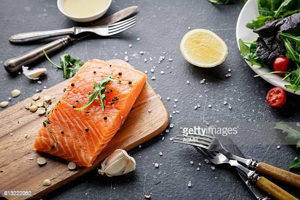 まな板の上のサーモンフィッシュ - 鮭料理 ストックフォトと画像