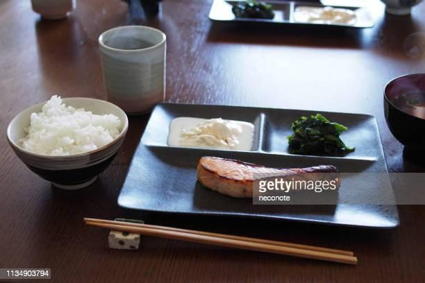 salmon grilled with salt -traditional japanese breakfast- - washoku fotografías e imágenes de stock