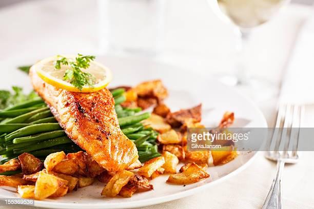 サーモン、ローストポテトと野菜 - コース料理 ストックフォトと画像