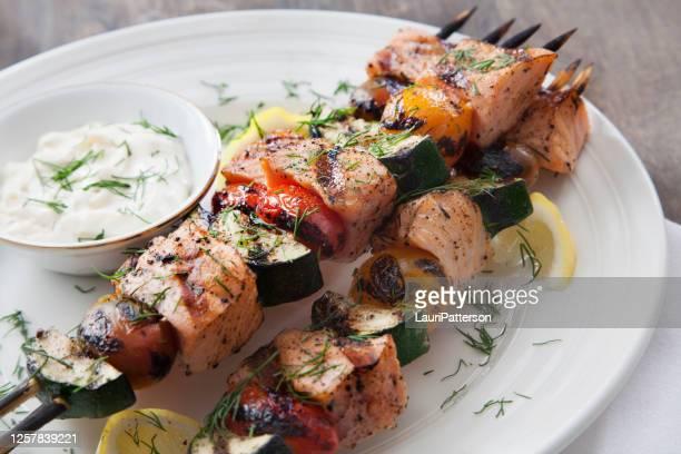brochettes de saumon bbq aux courgettes, tomates et trempette tzatziki - accompagnement photos et images de collection