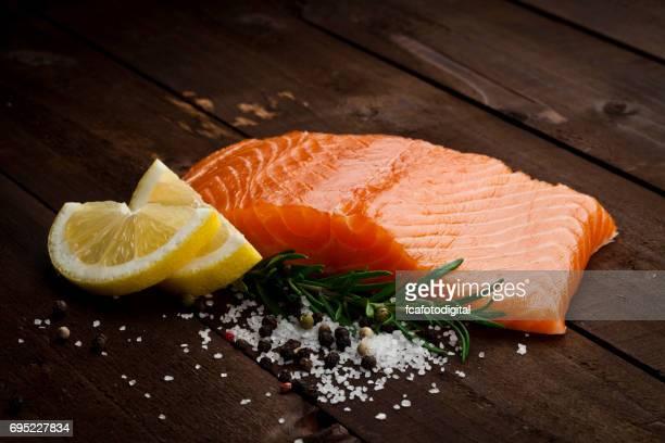 Filete de salmón en la rústica mesa de madera