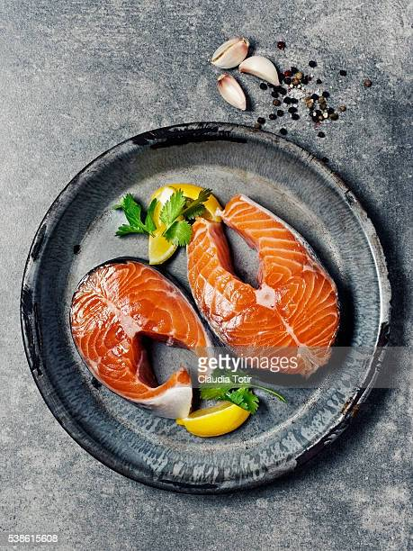 salmon steaks - 鮭料理 ストックフォトと画像