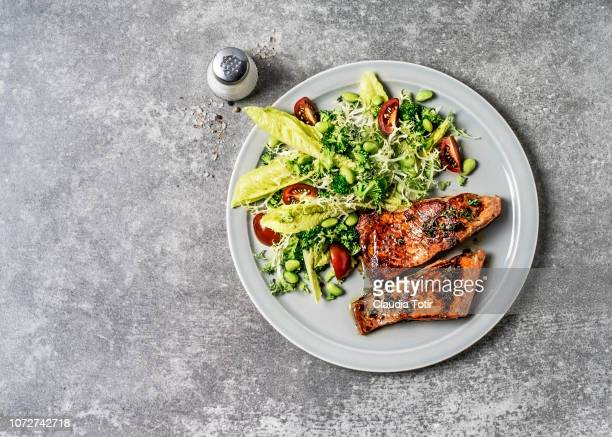salmon with fresh salad - prato - fotografias e filmes do acervo