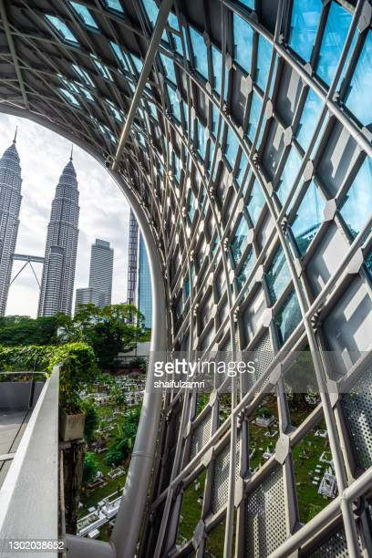 saloma link is a 69 metres combined pedestrian and bicyclist bridge across the klang river in kuala lumpur. directed northwest to southeast it joins the districts of kampung baru and kuala lumpur city centre. - shaifulzamri fotografías e imágenes de stock
