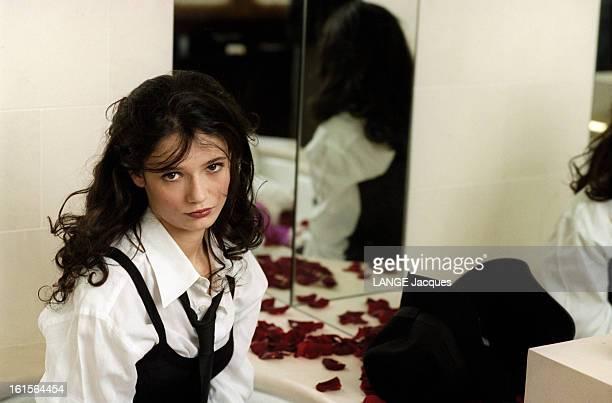Salome Lelouch 19 Years Poses For Paris Match Salomé LELOUCH 19 ans pose pour Paris Match dans une salle de bains dans une baignoire parsemée de...