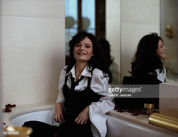 Salome Lelouch 19 Years Poses For Paris Match Salomé LELOUCH 19 ans pose pour Paris Match dans une salle de bains souriante dans une baignoire...