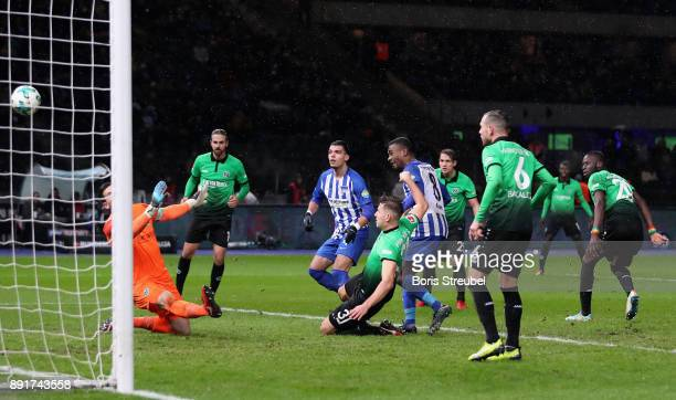 Salomon Kalou of Hertha BSC scores his team's second goal against goalkeeper Philipp Tschauner of Hannover 96 during the Bundesliga match between...