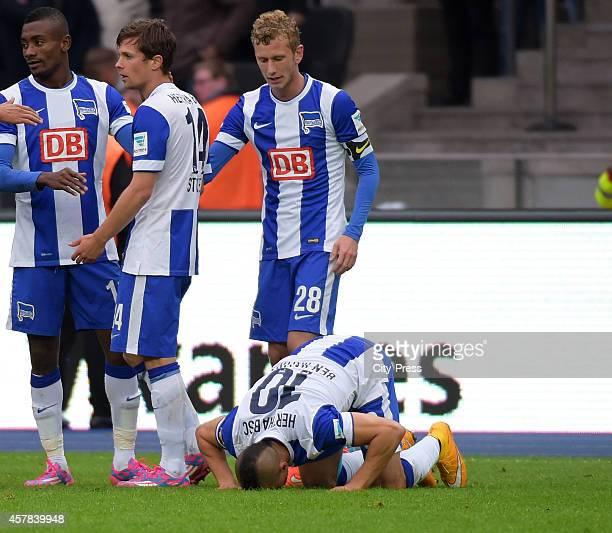 Salomon Kalou Valentin Stocker Fabian Lustenberger and Aenis BenHatira of Hertha BSC celebrate after scoring the 10 during the game between Hertha...