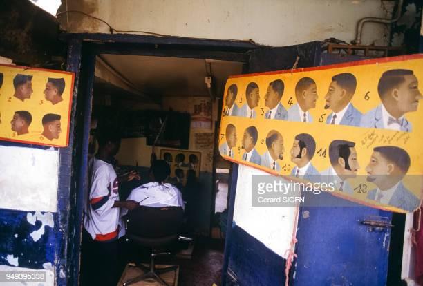 Salon de coiffure dans le quartier de la Briqueterie à Yaoundé, Cameroun.