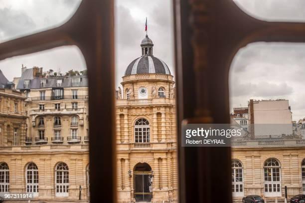 Salon des conférences du Sénat avec table de lecture presse escalier d'honneur et cour d'honneur vue des fenêtres du salon des conférences le 18...
