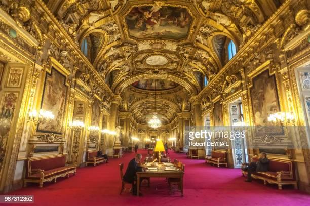 Salon des conférences du Sénat avec table de lecture presse le 18 novembre 2014 Paris France