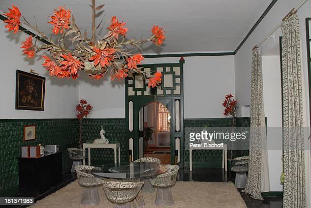 Salon mit Tisch in Villa von Henriette von Bohlen und Halbach Homestory Villa Bled Targui Marrakesch Marokko Nordafrika Afrika Residenz Palast Lampe...