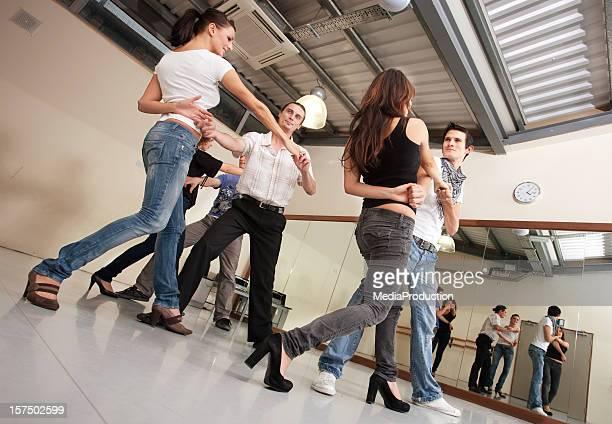 cours de salsa - danse latine photos et images de collection