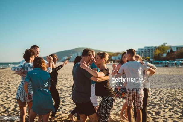 soirée salsa sur la plage - danse latine photos et images de collection