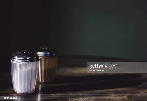 salt and pepper on wooden table - sal de cozinha - fotografias e filmes do acervo