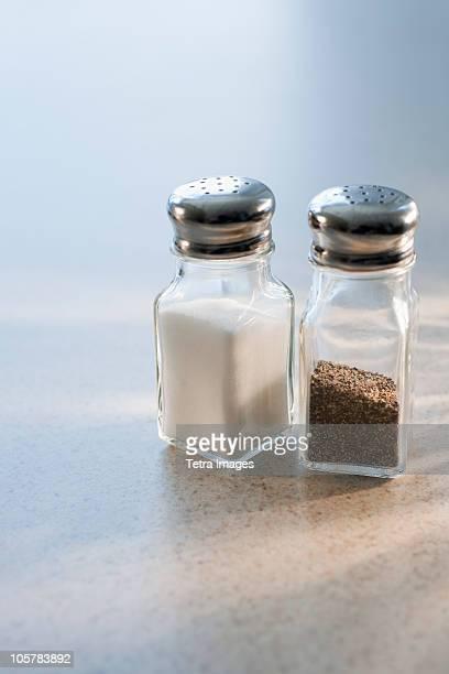 salt and pepper shakers - peppar bildbanksfoton och bilder