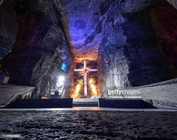 """salt cathedral (""""catedral de sal""""), an underground catholic church built within the tunnels of a dismissed salt mine in zipaquirá, cundinamarca department, colombia - catedral fotografías e imágenes de stock"""