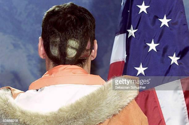 CITY 2002 Salt Lake City 130302 Josef GIESEN/GER bevor er seine SILBERMEDAILLE zurueckgibt Er sollte die GOLDMEDAILLE vom SUSPENDIERTEN Thomas...