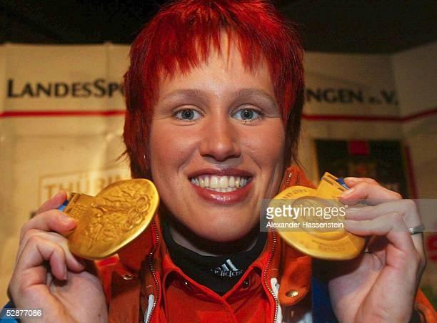 CITY 2002 Salt Lake City 4x75km STAFFEL/FRAUEN Kati WILHELM/GER im THUERINGEN HOUSE mit ihren beiden GOLDMEDAILLEN