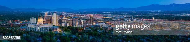 salt lake city downtown stadtbild panorama beleuchtet in der abenddämmerung utah - salt lake city stock-fotos und bilder