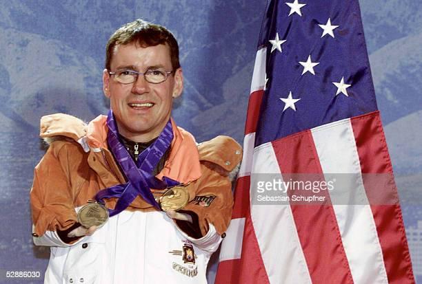CITY 2002 Salt Lake City Josef GIESEN/GER bevor er seine SILBERMEDAILLE zurueckgibt Er sollte die GOLDMEDAILLE vom SUSPENDIERTEN Thomas OELSNER/GER...