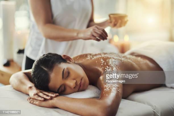 les gommages au sel confèrent une lueur naturelle à la peau - spa photos et images de collection