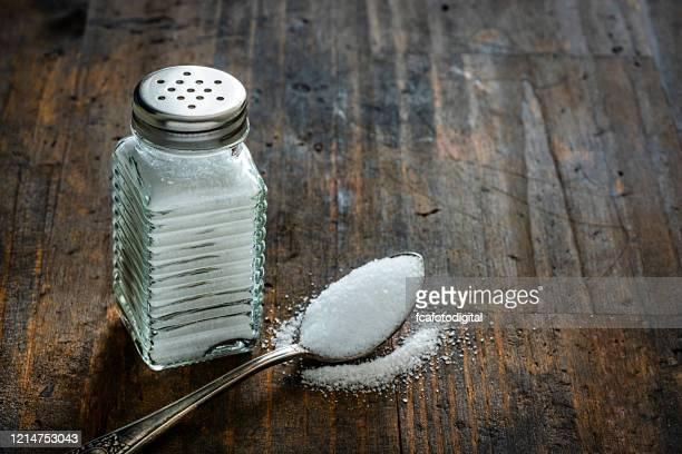 agitador de sal em mesa de madeira rústica. copiar espaço. - sal de cozinha - fotografias e filmes do acervo