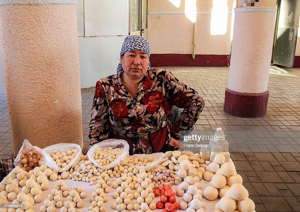 Selling Kurt (cheese balls) at Chorsu : Nieuwsfoto's