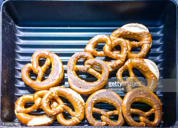 salty cracker pretzel - 塩味スナック ストックフォトと画像