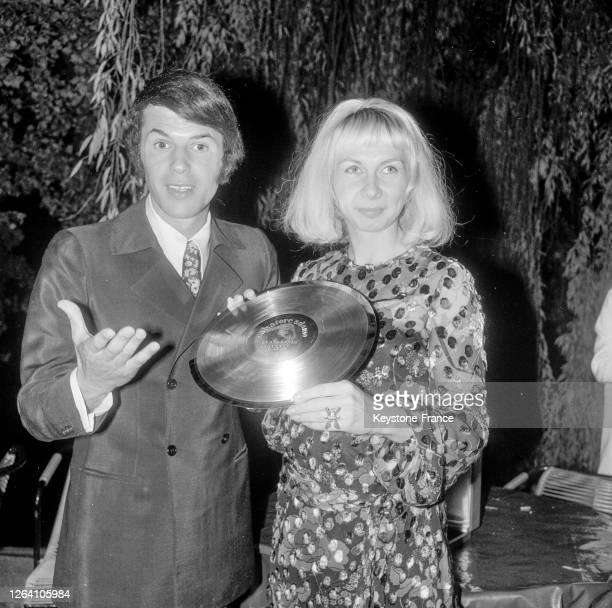 Salvador Adamo qui vient de recevoir un disque d'or et sa femme Nicole le 7 octobre 1969, à Neuilly-sur-Seine, France.
