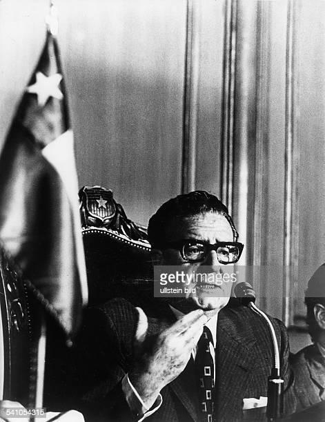 Salvador Allende*Politiker Sozialisten ChileStaatspräsident 19701973während einer Rede am Mikrophon 1973