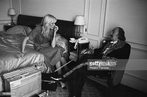 Salvador Dali And Amanda Lear Juillet 1979 Salvador DALI en costume d'académicien et Amanda LEAR dans une chambre d'hôtel Amanda LEAR assise sur le...