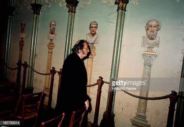 From Barcelona To Paris Paris Juillet 1969 Salvador DALI vénère le philosophe Auguste Comte le père du Positivisme Il visite ici un temple de...