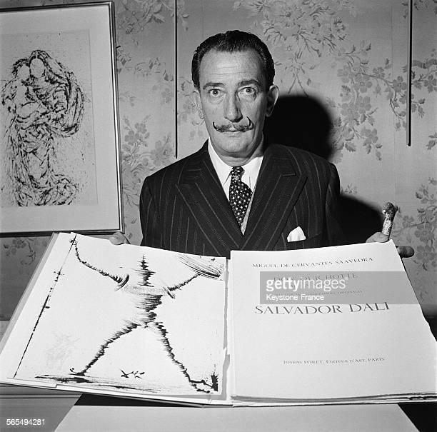 Salvador Dali présentant le livre le plus cher du monde 'Don Quichotte' illustré par luimême au Musée JacquemartAndré à Paris France le 13 décembre...