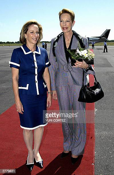 Salvadoran First Lady Lourdes de Flores smiles as she talks to Princess Saliman Aga Khan from India upon the latter's arrival at the Comalapa airport...