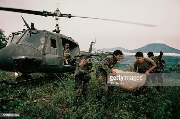 salvadorian soldiers deliver supplies in u.s. made helicopters - imagenes de la guerra civil de el salvador fotografías e imágenes de stock