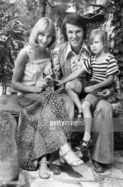 Salvatore Adamo avec son épouse Nicole et leur fils Anthony en vacances le 23 juillet 1974 France