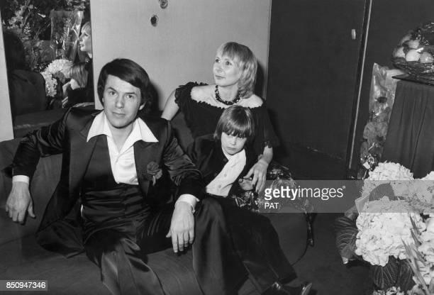 Salvatore Adamo avec son épouse Nixole et leur fils Anthony le 22 avril 1977 à Paris France