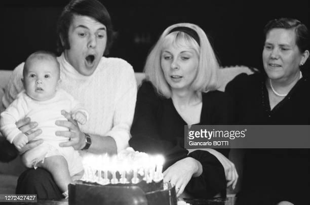 Salvatore Adamo chez lui soufflant les bougies de son gâteau d'anniversaire avec sa femme Nicole sa mère Concetta et son fils nouveauné Antony le 1er...