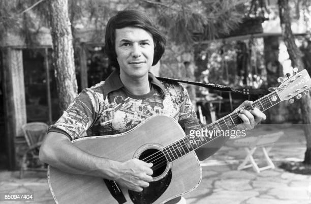 Salvatore Adamo en vacances le 21 juillet 1975 à La Roquette-sur-Siagne, France.