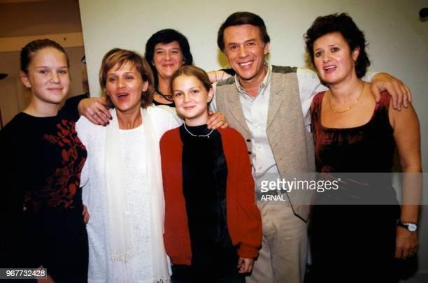 Salvatore Adamo et ses soeurs après son concert à l'Olympia le 27 octobre 1998 à Paris France
