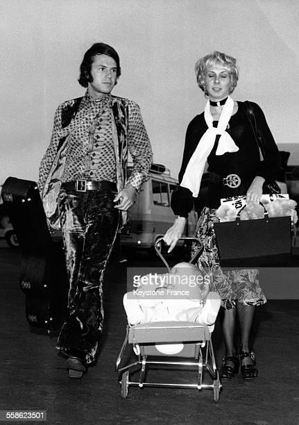 Salvatore Adamo sa femme Nicole et leur fils Anthony a leur arrivee a l'aeroport pour passer leurs vacances au soleil le 17 juillet 1970 à Nice France