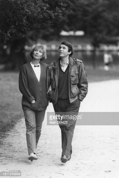 Salvatore Adamo se promenant dans un parc avec son épouse, Nicole Adamo, en octobre 1984.