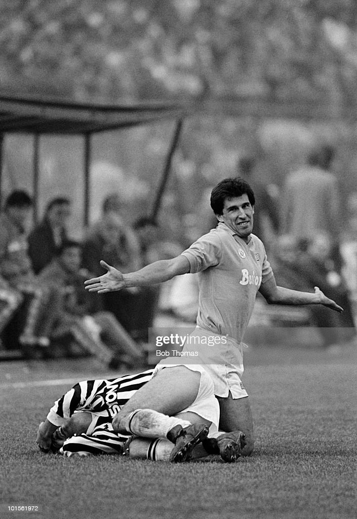 Salvatore Bagni of Napoli (right) pleads innocence after tackling Juventus winger Mauro Camoranesi during their Italian League match held at Stadio Comunale Vittori Pozzo in Turin on 9th November 1986. Napoli beat Juventus 3-1. (Bob Thomas/Getty Images).